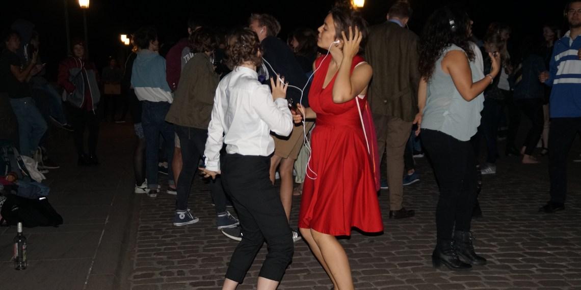 Stiller Tanzprotest auf der Alten Brücke. Foto: Max Forster