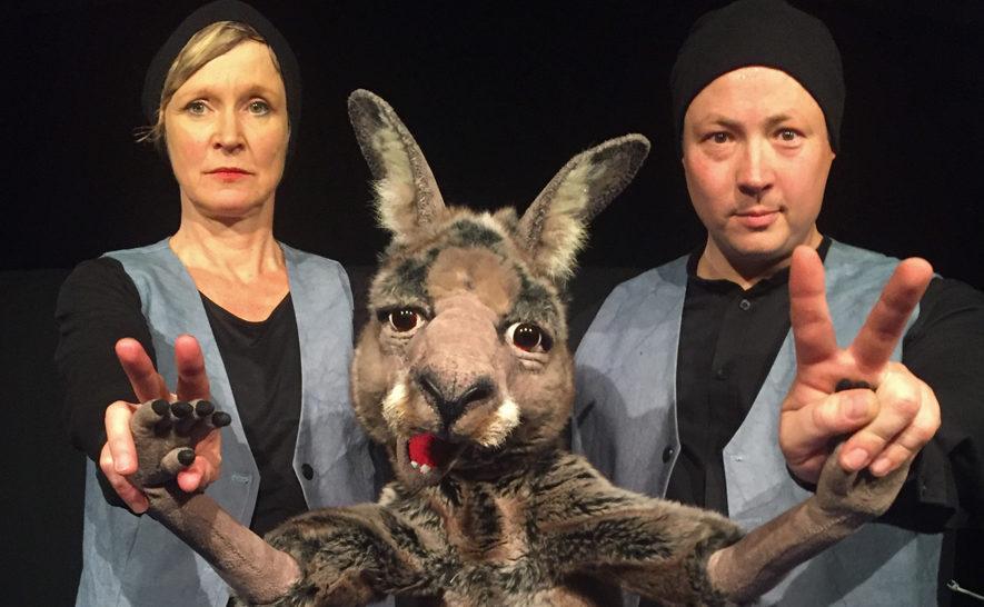 Die beiden Schauspieler erweckten die Figur des Kängurus am Samstag auf der Neckarwiese zum Leben. Bild: Kulturfenster)