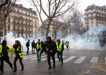 Jeden Samstag füllen sich Frankreichs Straßen mit den auffälligen Protestierenden. Foto: Foto: flickr.com/Olivier Ortelpa (https://flic.kr/p/2dnZ4XG)