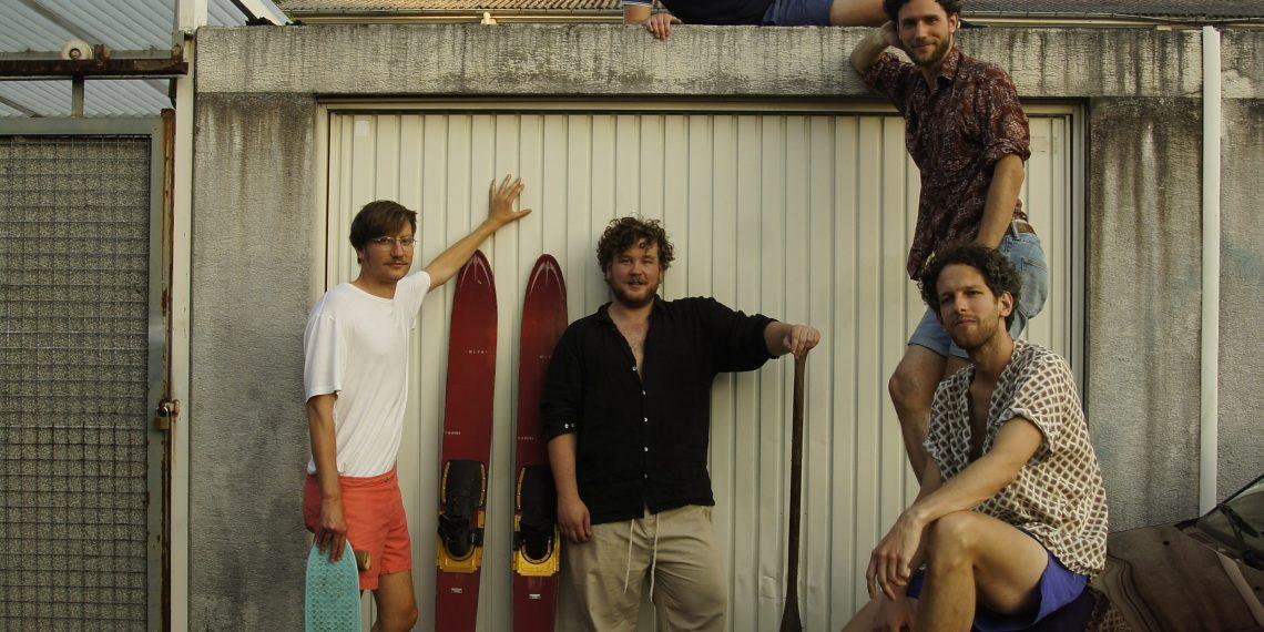 Tobias, Joko, Daniel, Max und Stephan (v.l.n.r.) neben ihrem Probenraum. Foto: Emma Robert