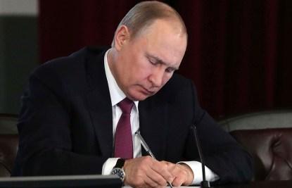 https://i0.wp.com/www.russland.news/wp-content/uploads/2019/08/Putin-180518-Dekrete-Regierungsbildung-bild-kremlin.ru_.jpg?resize=415%2C267