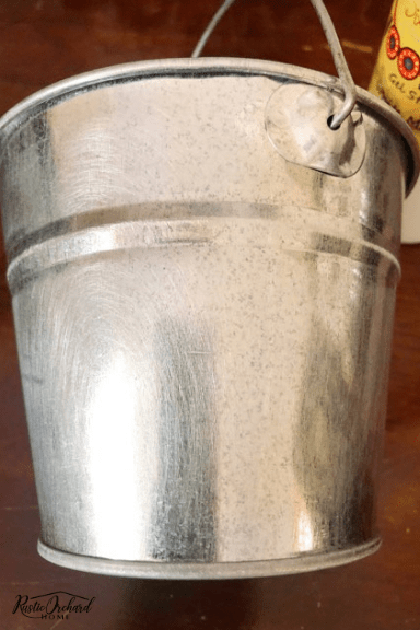 Learn how to paint a galvanized bucket and create your own DIY farmhouse home decor! #rusticorchardhome #howtopaintabucket #dixiebellechalkpaint #diyhomedecor #diyfarmhousedecor