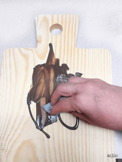 Learn how to add a stencil to cutting boards using Chalk Couture. This is a great DIY farmhouse home decor idea. #rusticorchardhome #chalkcouture #farmhousedecor #diyfarmhousedecor #springfarmhousedecoridea