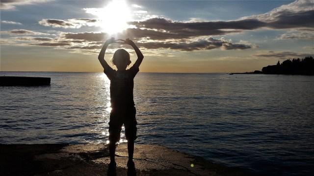 Kind bij ondergaande zon - Dankbaarheid - Rust in mjin hoofd coaching