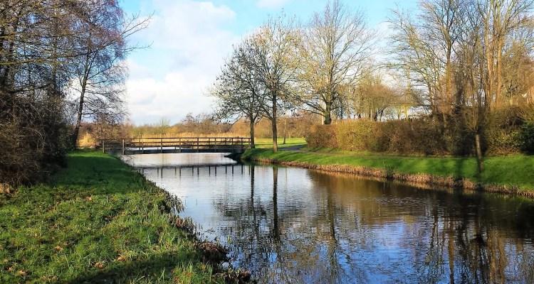 Water met een bruggetje en bomen - Wendela van Beek - rust in mijn hoofd coaching
