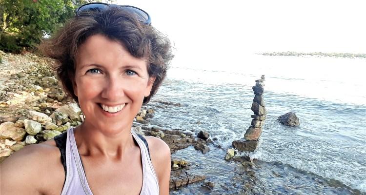 Wendela van Beek bij de zee -onstpannen start na je vakantie - Rust in mijn hoofd coaching