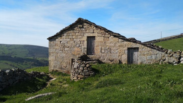 CABAÑA  PASIEGA CON FINCA EN SAN PEDRO DEL ROMERAL, CANTABRIA. Ref 2369 V