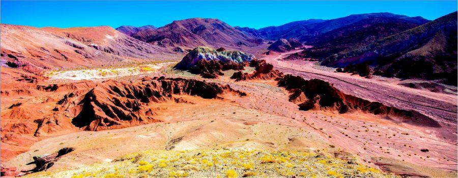 O Vale do Arco-Íris fica a 90 km de San Pedro de Atacama, seu nome