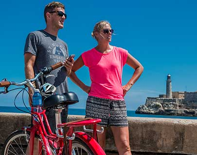 couple seeing havana by bicycle