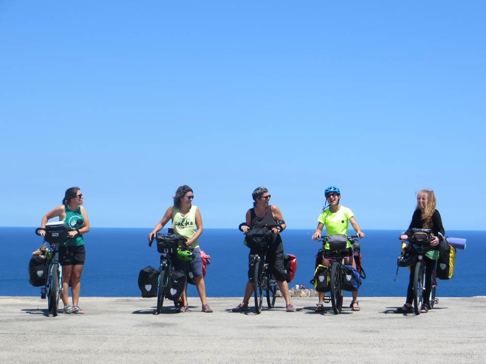 mujeres viajando en bici