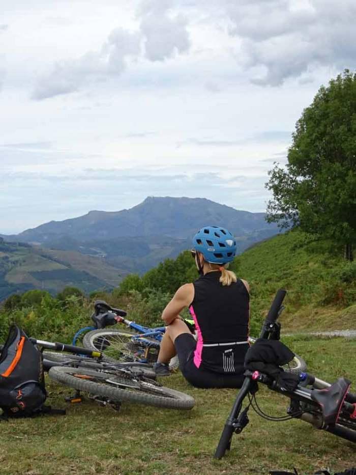 Descanso en la cima Valle del Baztán en bici