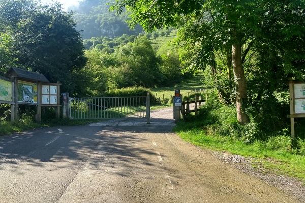Portón de entrada a la pista de gravilla en Larraitz