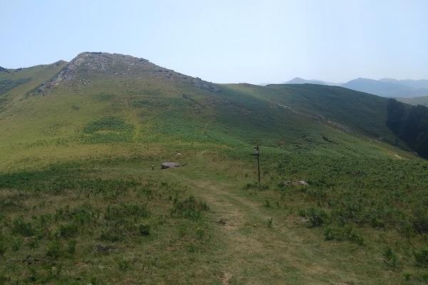 Llegando al collado de Buztanzelai tomamos el sendero de la derecha