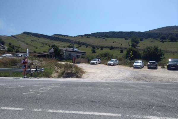 Cruzar carretera desde Venta de Lizarraga para dirigirnos a Aitzorrotz