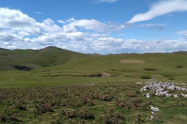 Cercado cuadrado hacia el que nos dirigimos entre los verdes montes de Aralar