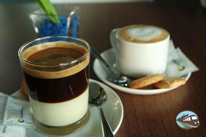 Café con detalle y pastas - Hotel Ilunion Atrium