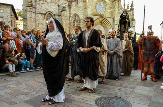 Via Crucis, la virgen y los apostoles