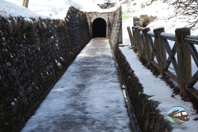 Acceso a la Cueva de Valporquero