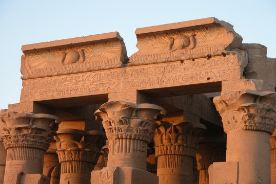 Capiteles y friso (Kom Ombo)
