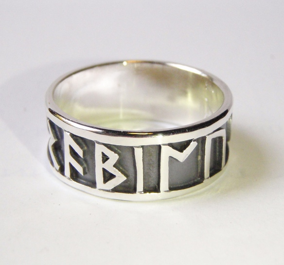 Handgearbeitete keltische Eheringe aus Silber mit Runen