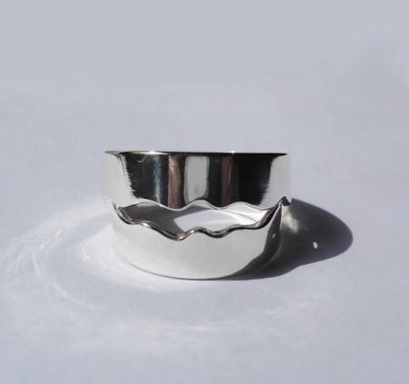 Individuelle Eheringe in Wellenform aus Silber