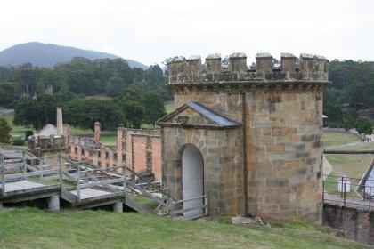 Blick auf den Wachturm und das darunter liegende Gefängnis