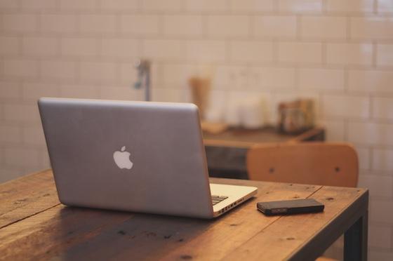 macbook-on-table