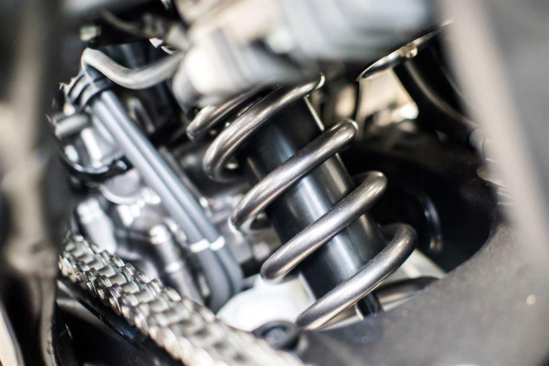 Olej czy gaz – co powinno wypełniać amortyzator?