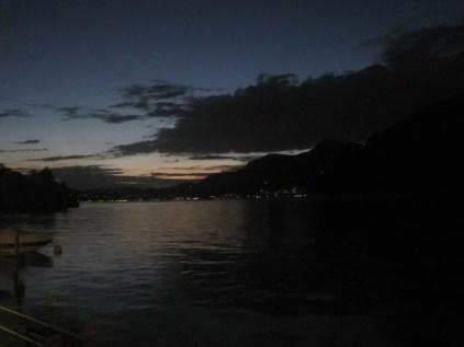 Si fa sera sulle acque del lago