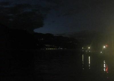 Il pontile è quasi scomparso, in lontananza si vedono le luci di Monte Isola