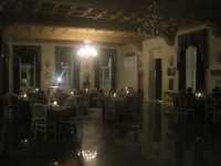 Il primo tavolo si popola di un gruppetto di spettatori
