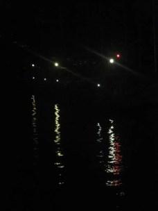 Dalla finestra si vedono solo luci riflesse