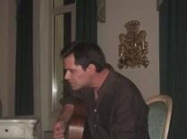 Luigi apre la serata con una canzone