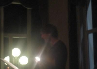 Alberto legge, accompagnato da Luigi e dalla sua chitarra, i racconti scritti da Andrea e Davide