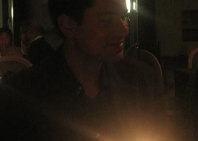 Luigi sottoilluminato da una candela