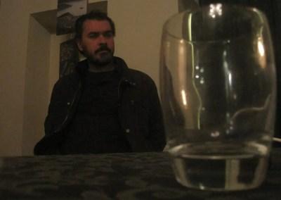 Davide osserva incuriosito un bicchiere gigante