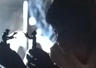 Elliott mostra a E.T. alcuni giocattoli, incluse diverse action figure di Star Wars (nella foto: Greedo)
