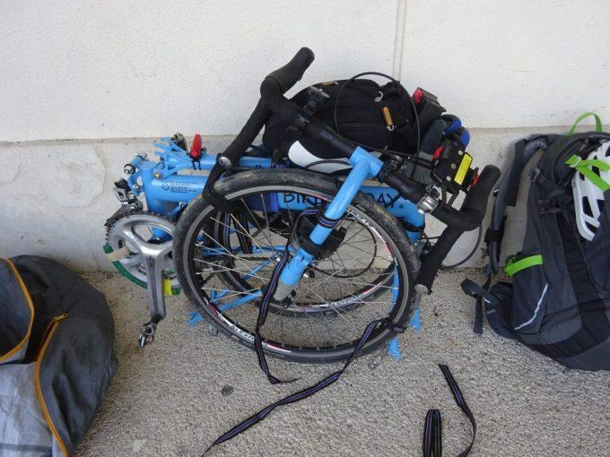 石垣港で自転車組み立て