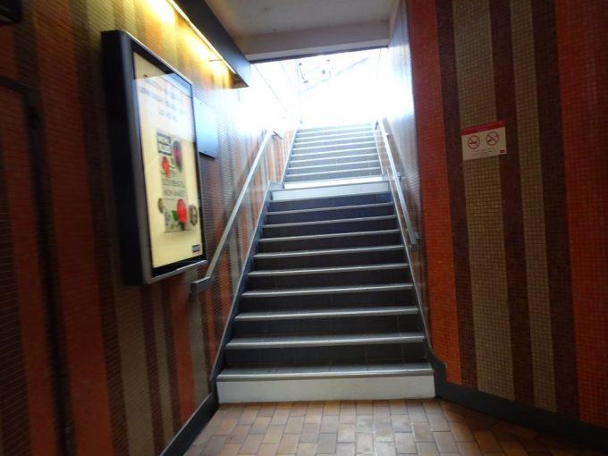 ポー駅出口へは階段移動