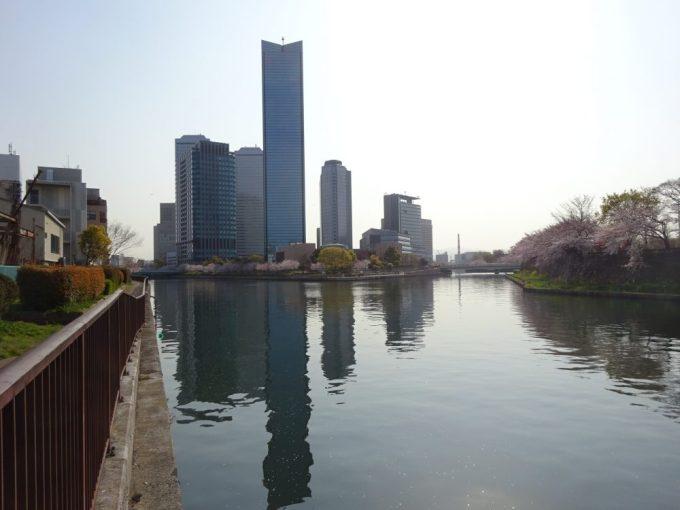 大阪ビジネスパークが川面に映る