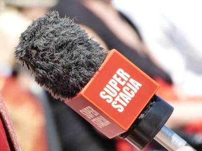 microphone-367041_640