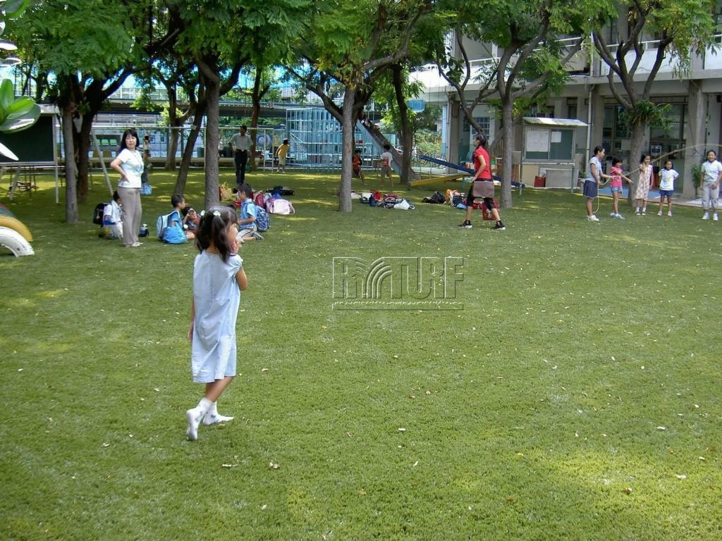 高雄日僑學校人工草兒童遊戲區
