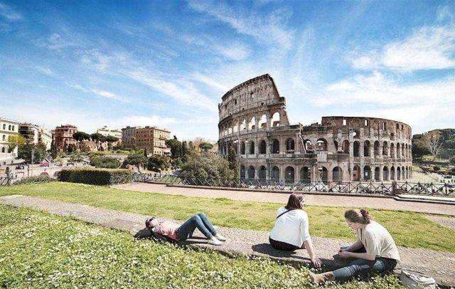 Koloseum - widok od strony światyni Wenus i Romy