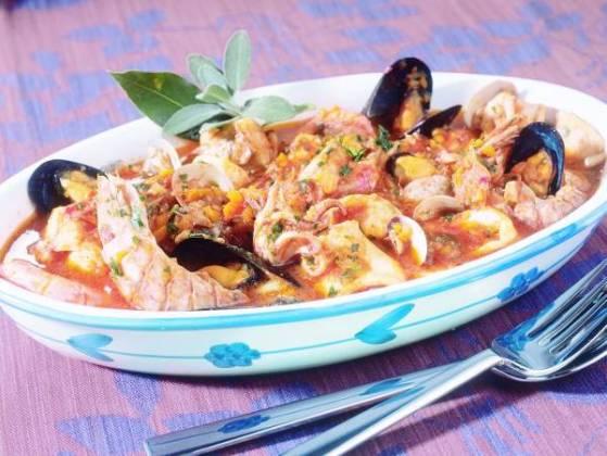 Zuppa di pesce - owoce morza, kraby i ryby w sosie pomidorowym