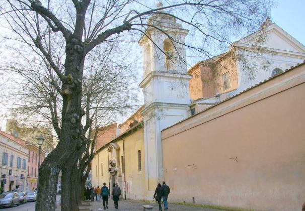 Rzym - bazylika San Clemente - boczne wejście od strony Via di San Giovanni in Laterano