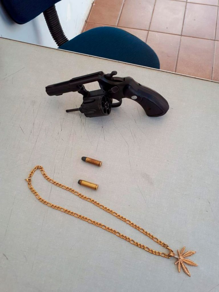 Revolver, munições e corrente apreendidas com a dupla - Foto: Reprodução/ S1 Notícias