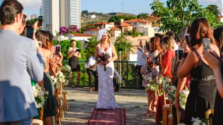 Mulher se casa com ela mesma em Minas Gerais