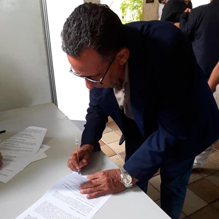 Prefeito Djalma Alves assinando ao contrato de adesão em Olinda- Foto/Reprodução/Facebook
