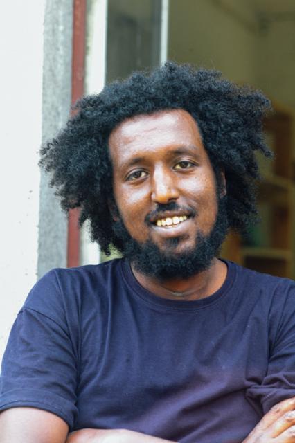 Fetewei, 32, kommt aus Äthiopien und studierte an der Universität Hohenheim Envirofood. Heute lebt er in Berlin und hält die Gartenschule zusammen mit anderen Ehrenamtlichen in Schwung.