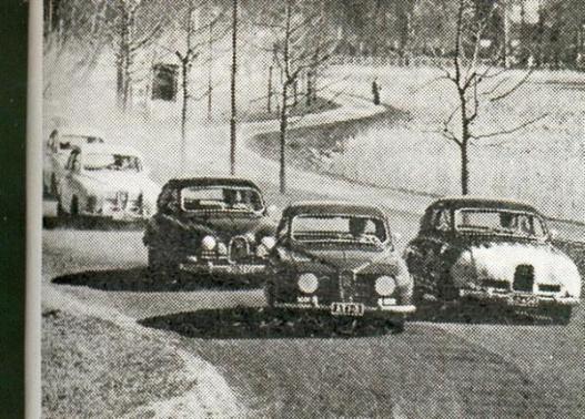 Väinölänniemen TT-ajot 1965? Etummainen Saab saattaisi olla Simo Lampinen ajamassa voittoon kyseisenä vuonna, vaikka rekisterikilven numero-osasta onkin hankala saada selvää. Kuukautta aiemmin Simo kuitenkin ajoi Artukaisten Sadan auton ajoissa rekisterinumerolla ATI-3 kakkoseksi, joten auto lienee sama. Kenen valkokeulainen Saab oikealla?